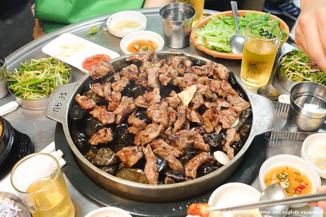 韓國 ▌首爾食記 : 弘大站(K314) 小豬存錢筒돼지저금통 好吃又特別的石頭烤肉