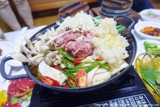 韓國 ▌忠清北道美食 黃金花園 청풍황금떡갈비 烤牛肉排+健康的木耳火鍋