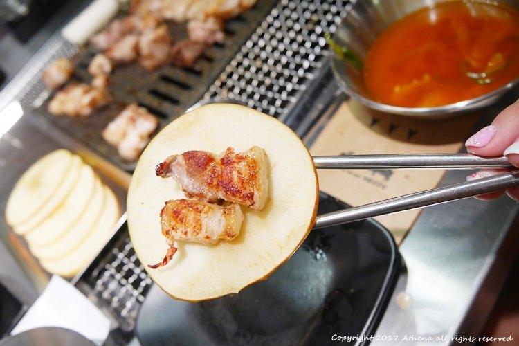 韓國首爾 ▌弘大站(239) 蘋果烤肉애플삼겹살 新吃法!用清爽的蘋果包著五花肉 附部隊鍋