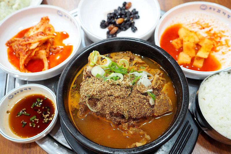 韓國首爾 ▌明洞站(424):元堂脊骨土豆湯明洞2號店 明洞馬鈴薯排骨湯推薦 #一人OK《加小菲專欄》