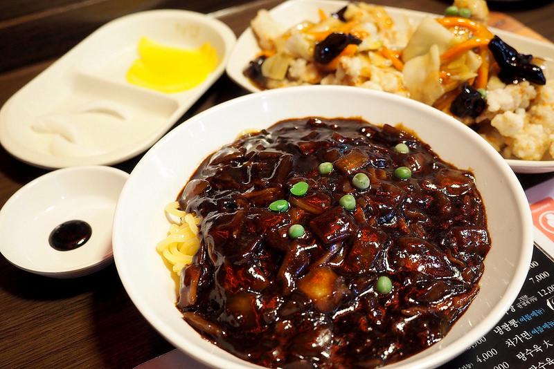 韓國首爾 ▌明洞站(424):香港飯店0410PLUS 白鍾元旗下餐廳 美味炸醬麵糖醋肉《加小菲專欄》